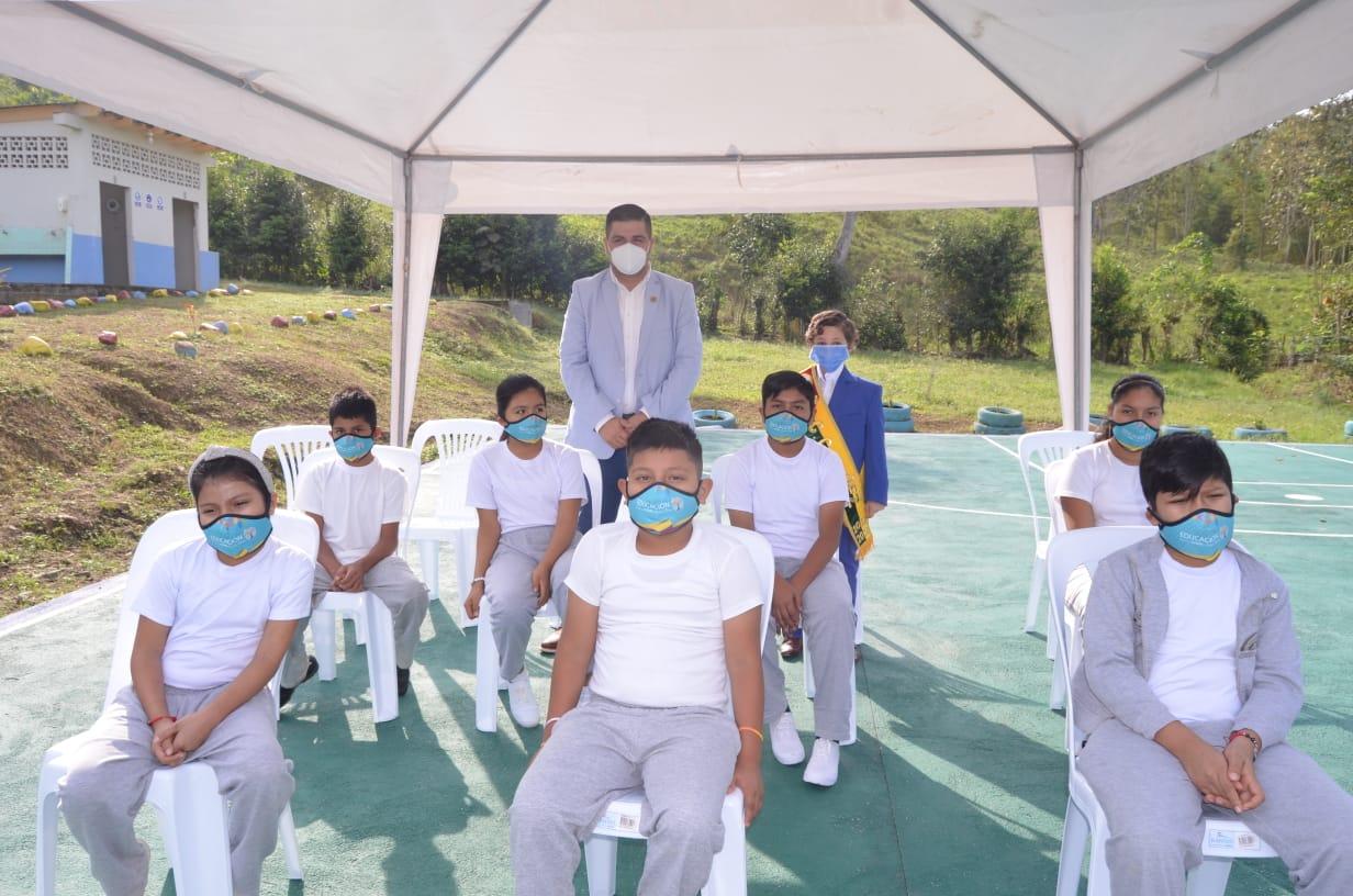 Gobernador Gámez acompañó a 24 niños de la parroquia Bellamaría en su retorno progresivo a las aulas de clases