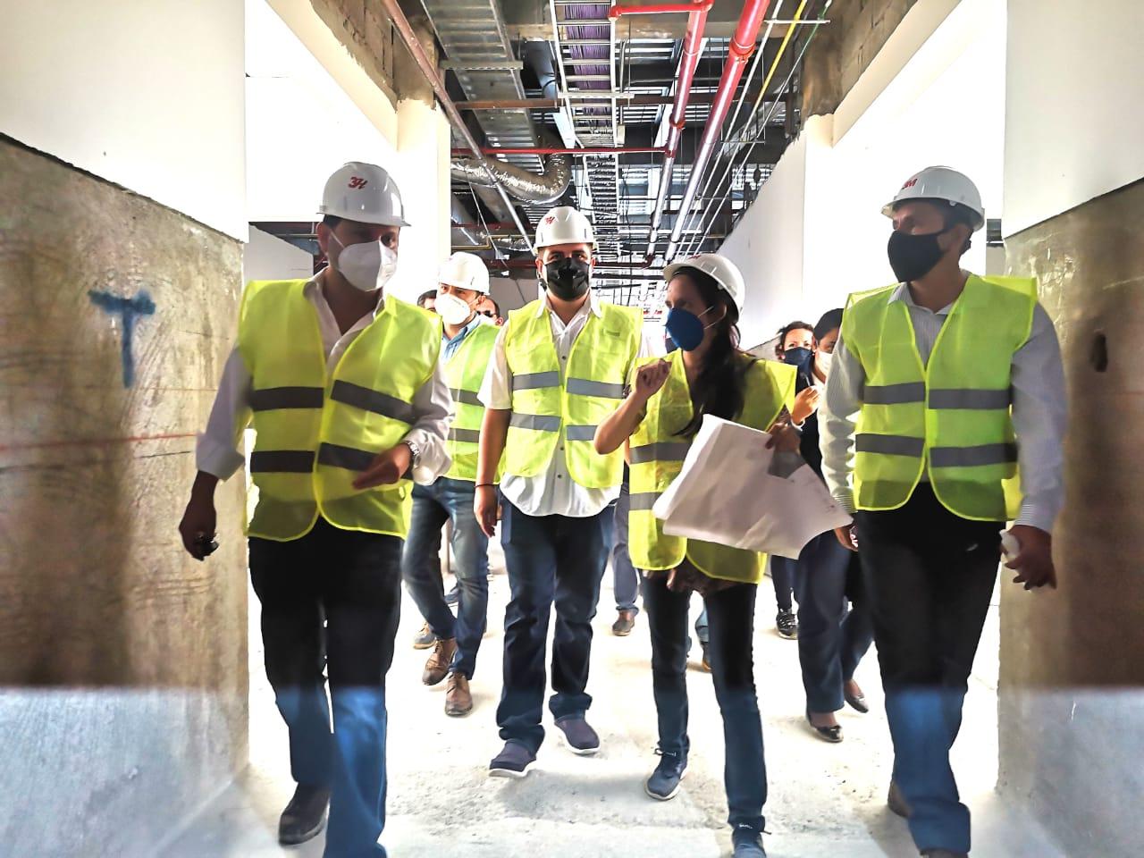 Ministras de Obras Públicas recorrió centros de salud de Machala y comprometió su apoyo para su culminación