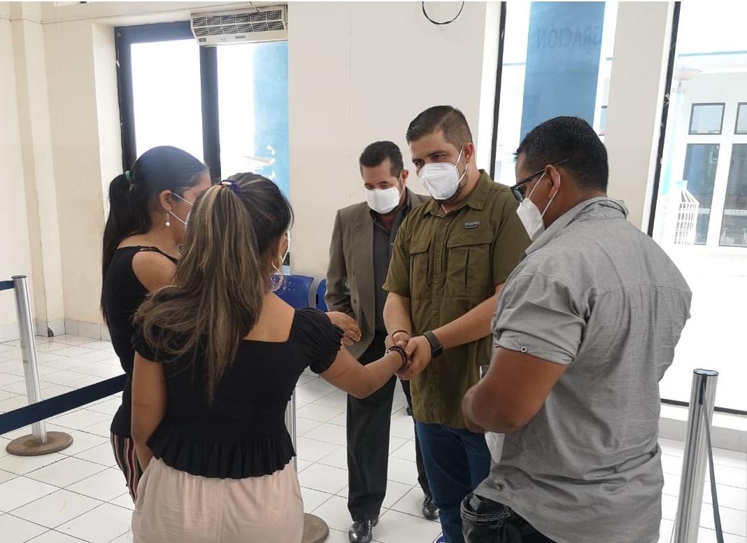 Gobernador Gámez recibió a adolescente desaparecida que fue recuperada en Perú