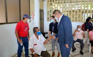 En Machala se inmuniza y se entrega mascarillas a adultos mayores