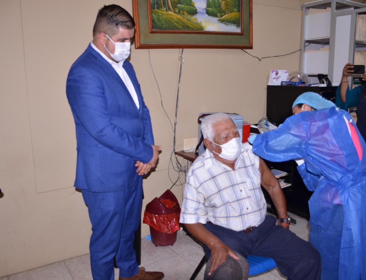 501 adultos mayores fueron inmunizados contra el covid-19 en Machala y Huaquillas